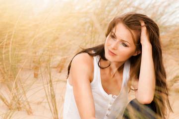Frau sitz in Dünen