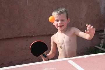 Enfant jouant au ping-pong (6 ans - été)