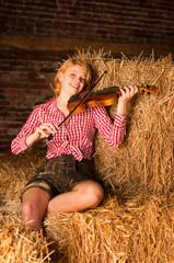 Geigenspielerin im Stroh