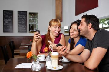 Gruppe mit Handys im Restaurant