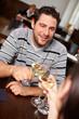 Zuprosten mit Wein im Restaurant
