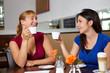 Zwei Frauen trinken Espresso