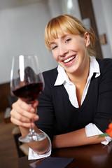 Mit Rotwein zuprosten im Restaurant