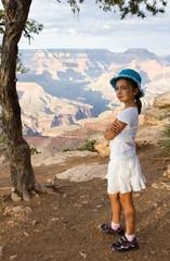 fillette posant devant le Grand Canyon