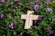 Holzkreuz am Grab