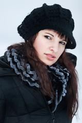 Junge Frau in Winterkleidung