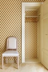armadio a muro e sedia