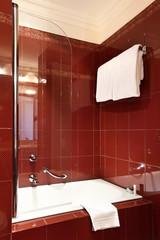 interno di bagno rosso