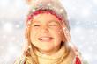Leinwanddruck Bild - Mädchen mit Pudelmütze lacht