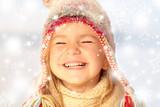 Mädchen mit Pudelmütze lacht