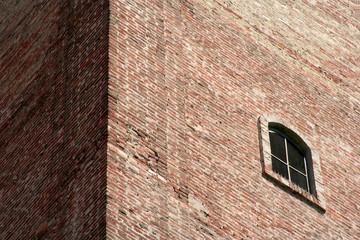 finestra su muro di mattoni