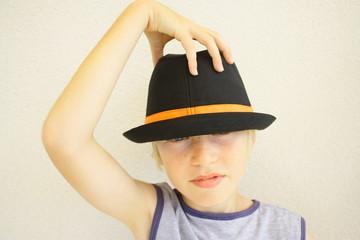 enfant blond au chapeau
