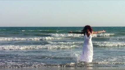 una donna danza in riva al mare