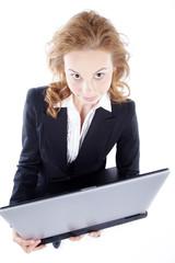 Junge Frau mit Laptop blickt nach oben, hoch