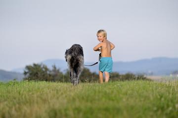 Kind mit Hund, sich entferndend