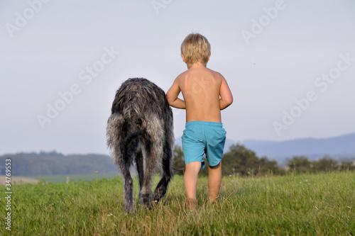 kind geht mit hund spazieren von otisthewolf lizenzfreies foto 34769553 auf. Black Bedroom Furniture Sets. Home Design Ideas