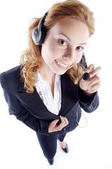 Junge Frau stehend im Service mit Headset hört freundlich zu