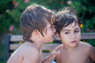 bambini che si confidano