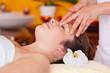 entspannte frau während der massage