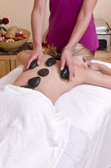 Hot Stone Massage - Wellnesmassage -  an einer hübschen, jungen