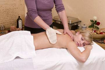 Seidenhandschuhmassage - Wellnesmassage -  an einer hübschen, j