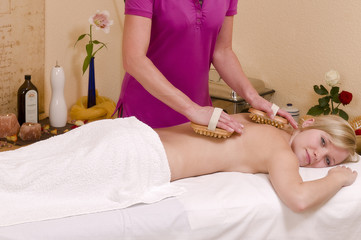 Holzbürstenmassage - Wellnesmassage -  an einer hübschen, jung
