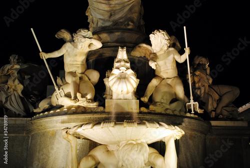 Nächtlicher Brunnen in Wien