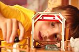 Fototapety Junge spielt im Kinderzimmer