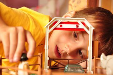 Junge spielt im Kinderzimmer