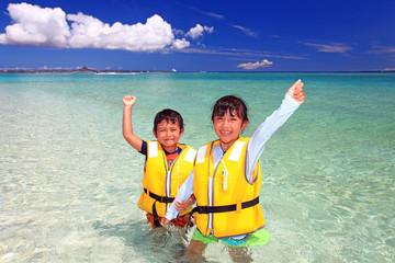 水納島ではしゃぐ笑顔の姉弟