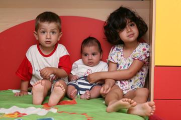 bambini seduti nel letto