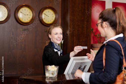 gast im hotel erhält die karte - 34806590