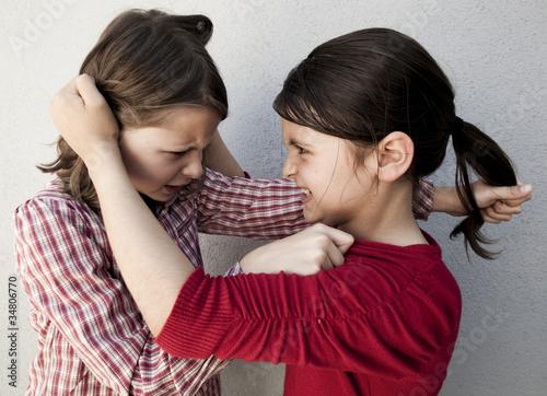 fillettes se tirant les cheveux