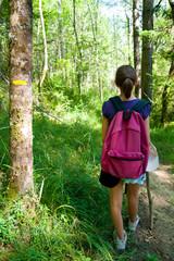 randonneuse sur un chemin de randonnée