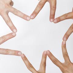 Stern aus Händen vor weißem Hintergrund