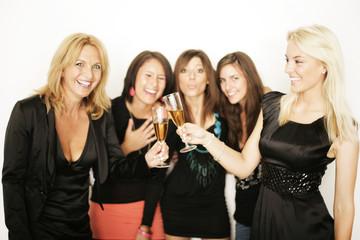 Freunde beim Feiern