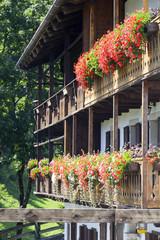 Casa in legno con fiori a Sauris, Alpi carniche