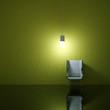 Wohndesign - beleuchteter Stuhl vor grüner Wand