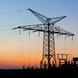Strommast mit Umspannwerk bei Sonnenuntergang