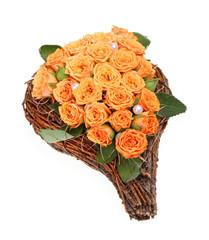 Blumengesteck mit orangen Rosen