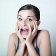 jeune femme choquée bouche ouverte
