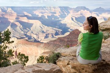 femme contemplant le Grand Canyon