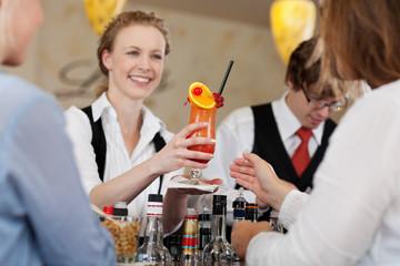gast bekommt fruchtigen cocktail