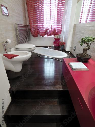 Bagno moderno con vasca incassata filo pavimento di legno - Vasca bagno legno ...