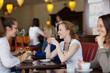 gäste haben spaß im café