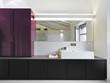 moderno bagno con grande specchio a muro in mansarda