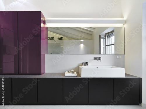 Moderno Bagno Con Grande Specchio A Muro In Mansarda Di