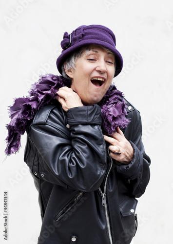 femme âgée en perfecto de cuir souriante