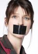 femme censurée par une bande adhésive