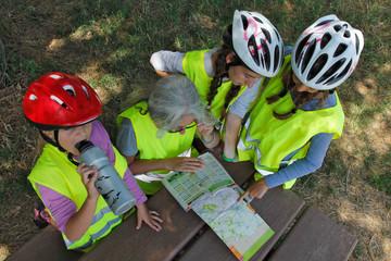 Famille regarde une carte routiére